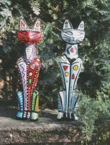 Bunte Katzen Holzskupturen