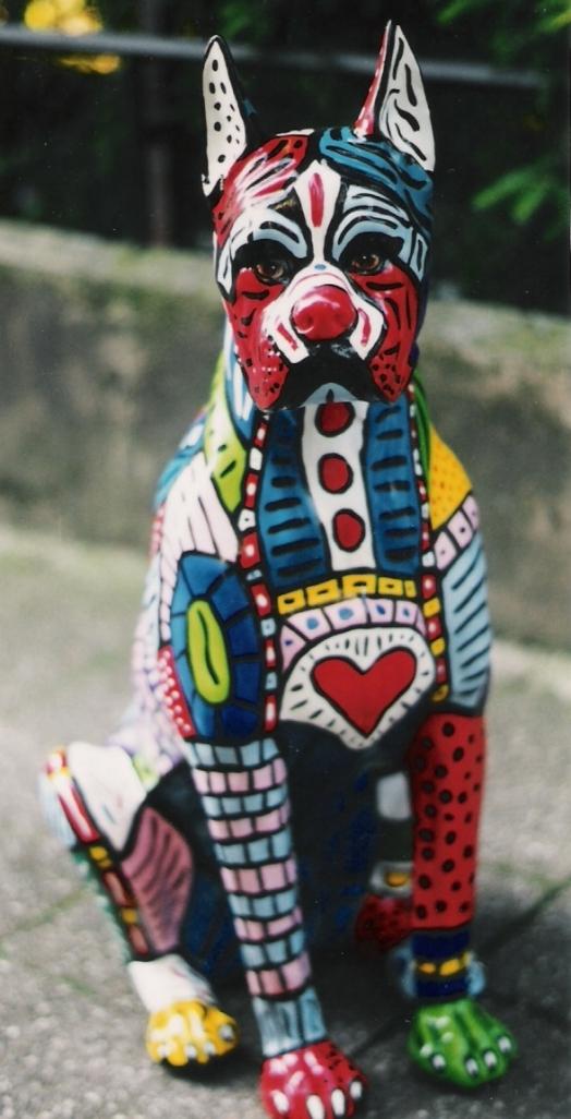 Bunt bemalter Keramikhund